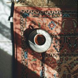 """خودت را ببر به یک کافه وَ خودت را قهوه مهمان کن وَ کمی با خودت باش """"خودی"""" که همیشه  همراهت بود و ندیدیش"""