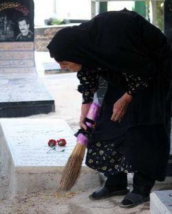 مادر است دیگر دلش تاب نمیاورد، روی قبر میوه دلش خاکی باشد #مادرشهید.... وای به حال آن دلی که نداند ثمره زندگی اش کجا آرمیده #مادرشهیدگمنام