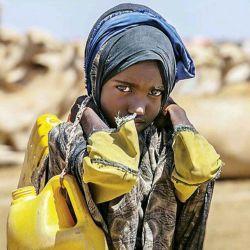 تصویری از دختر 9 ساله اتیوپیایی که روزانه 2 کیلومتر مسافت را در جست و جوی آب طی می کند.  هنوز بیش از 2 میلیارد نفر در جهان به آب آشامیدنی دسترسی ندارند.....!؟