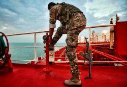 ننگ است که این خانه شود لانه ی روباه.....  . پ.ن:چه حس خوبی داره این عکس♡  . تکاوران سپاه روی نفتکش انگلیسی