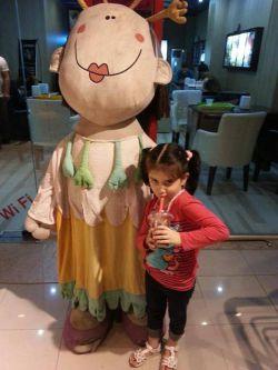 ژست دختر کوچولو در کنار عروسک آیس پک!