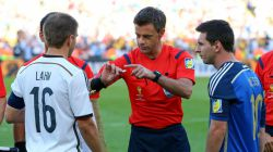 Referee Nicola Rizzoli (C) operates a coin toss in front of Philipp Lahm (L) of Germany and Lionel Messi (R) of Argentina