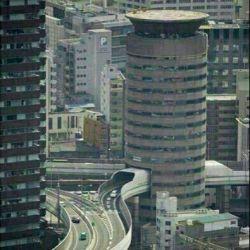 بزرگراهی که از میان طبقات 5،6و7یک ساختمان 16طبقه در ژاپن می گذرد