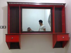 آینه و میز کار آرایشگاه ....البته تو منزل هم استفاده میشه....رنگ قرمز با ونگه