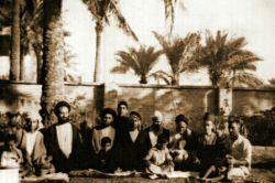 #علامه آیت الله حاج سید محمّد حسین حسینی طهرانی (ره) در کنار استادشان،  مرحوم حاج سید هاشم موسوی حداّد (ره) و جمعی از رفقا در کربلا