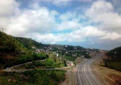 قسمت راست تصویر آزادراه تهران چالوس ( شمال ) - قسمت چپ تصویر روستای سینوا - چالوس - مازندران ، ایران