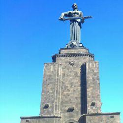 عکاس خودم .مجسمه مادر .در ارمنستان