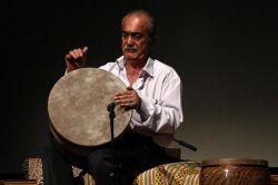 استاد بهمن رجبی در حال نواختن ضرب زورخانه