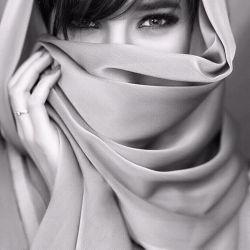 دو چشمت را شعر می کنم ... چشمک می زنی قافیه به هم می ریزد ... ( احسان پرسا )