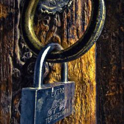 مقابل پنجره ات نرده کشیده ای تا عاشقانت دخیل ببندند و من بیمناکم از کلیدی که قفل احساست را بگشاید و دستی که پنجره ات را .....