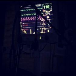 این دستگاه نشانگر اعلاعم حیاتی مرتضی پاشایی..و نصبت به روزهای گذشته بهتره و آرومتر برای سلامتیش دعا کنید  :(((
