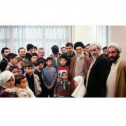 تصویر یكی از دیدارهای صمیمی رهبر انقلاب در دهه هفتاد  #IR