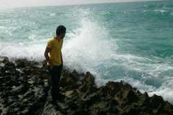 موجهای مغرور از پی چه اینگونه میتازند بر سنگها آنها که روزی برای وصال دریا سنگها و ساحلها را پشت سر میگذاشتند حالا پشت سر میگذارند دریا را برای وصال ساحلها