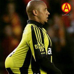تصویر بالا مربوط به دوران حضور روبرتو کارلوس در تیم فنرباغچه ترکیه می باشد. کارلوس از سال 2007 تا 2009 بازیکن این تیم بود.  asrvarzesh.ir