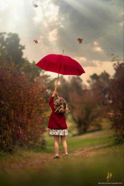 زندگی را ورق بزن... هر فصلش را خوب بخوان... با بهار برقص... با تابستان بچرخ در پاییزش عاشقانه قدم بزن... با زمستانش بنشین و چایت را به سلامتی نفس کشیدنت بنوش زندگی را باید زندگی کرد، آنطور که دلت می گوید. مبادا زندگی را دست نخورده برای مرگ بگذاری!