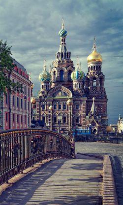 کاخ کرملین روسیه واقع در قلب مسکو   (از جنوب) بر رودخانه مسکوا، (از شرق) بر میدان سرخ و (از غرب) به باغ الکساندر مشرف است.   بنای این کاخ در سال ۱۴۸۷ به پایان رسید.