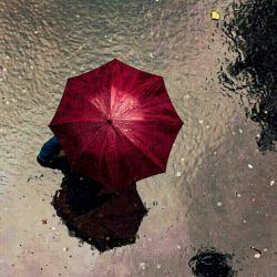 غم و اندوه اگر هم روزی، مثل باران بارید یا دل شیشه ای ات از لب پنجره عشق زمین خورد و شکست با نگاهت به خدا چتر شادی واکن و بگو با دل خود که خدا هست خدا هست هنوز...