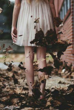 پای برهنه برسردیوارهای باغ می دوم، باغ پرازگل است، ومن دلم میخواهد،که یک شاخه گل بچینم، اماچیدن تمام گل های باغ هم ارزش ایستادن ندارد، ومن برسردیوارها،پای برهنه بازهم به سوی خورشید میدوم ...