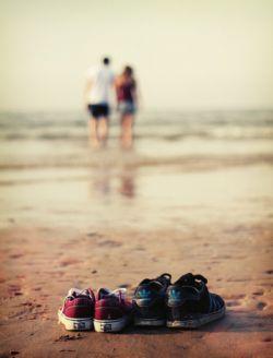 همه ی فصل جوونیم پا به پای عاشقی رفت  تا رسیدم به تو عمرم مثل عطر رازقی رفت  دل من تو این جزیره واسه هر دلی پناه بود  لب ساحل تک و تنها چشم به راه قایقی رفت  دیگه حوصله ندارم خسته ام خسته ی خسته  روی کتفم جای زخم و دلم از همه شکسته