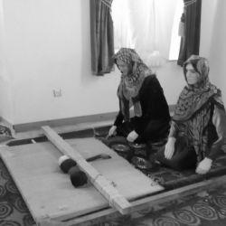 دختران ترکمن در حال قالی بافی
