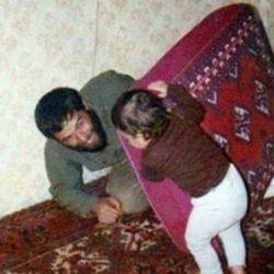 شهید شیرودی در حال بازی با فرزندش