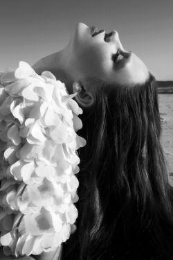 می آیی وآرام برجملات می نشینی لال میشوم وقتی،  که واژه میشوی برای شعرهایم ... تمام ترسم این روزها این است که سوژه شوی برای دلتنگی هایم ...