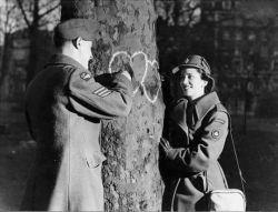 شك ندارم جنگ جهانى سوم بر سر تصرف چشم هاى توست ..  و آنگاه من نه هیتلرم كه كم بیاورم , و نه اتحاد جماهیر احمق ها ..  تنها , به اتفاق یك قلب عاشق فتح مى كنم .. دنیاى نگاهت را