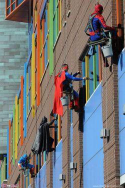 کارگران یک شرکت نظافتی در ممفیس، شبیه ابرقهرمانهای کتابهای کامیک و فیلمها لباس پوشیدهاند تا حین پاک کردن شیشههای یک بیمارستان کودکان، بچههای بیمار را خوشحال کنند.