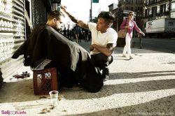 روزهای یکشنبه این مرد پیرایشگر نیویورکی، موهای آدمهای بیخانمان را به رایگان اصلاح میکند.