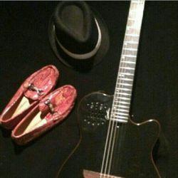 کفش و کلاه و گیتار مرتضی جوووونم ....امپراطور دوست دارم تا ابد♥