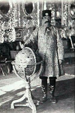 سلطان صاحب قران ٬ناصرالدین شاه درکنار کره جواهر نشان.....کاخ گلستان