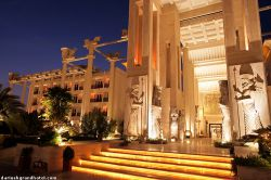 http://fa.wikipedia.org/wiki/هتل_بزرگ_داریوش  | هتل بزرگ داریوش - Dariush Grand Hotel