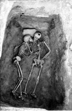 http://fa.wikipedia.org/wiki/تپه_حسنلو | متاسفانه در ویکی پدیا توضیحات کامل و تصاویر از آن تهیه نشده است که از دوستان علاقه مند دعوت می شود که در ایجاد این صفحه همکاری نمایند | اسکلت های معروف به دو عاشق و یا ابدیت عشق با 3000 تا 6000 سال قدمت