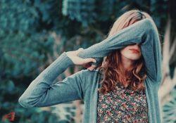 تـــــو را دل بــرگزید و کار دل شک بر نمی دارد  که این دیوانه هـــرگز سنگ کوچک برنمی دارد     تـــو در رویای پـــروازی ... ولی گویا نمی دانی  نخ ِ کوتاه، دست از بادبادک بـــر نمی دارد !     بــــرای دیدن تو آسمان خم می شود اما ...  بــــرای من کلاهش را متــرسک برنمی دارد     اگـــر با خنده هایت بشکنی گاهی سکوتش را  اتاقم را صدای جیـــرجیرک برنمی دارد     بیا ... بگذار سر بر شانه های خسته ام یک بار  اگــر با اشک من ... پیراهنت لک بر نمـــی دارد!