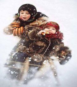 شیطنت و بازی بچه ها زیر دانه های زیبای برف