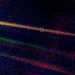 آخرین عکس ارسالی توسط فضاپیمای وویجر۱ خارج از منظومه شمسی از زمین '