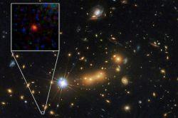 لکه قرمز رنگ کهکشانی است در فاصله ۸'۱۳ میلیارد سال نوری از زمین واقع شد ' و دور ترین نقطه نوری که تا کنون کشف شده و عمر کل جهان هستی را حدود ۸'۱۳ میلیارد سال نوری می دانند ' این عکس توسط تلسکوپ هابل و تلسکوپ زمینی کیت در هاوایی ثبت و کشف شده ' یکی از دانشمندان این پروژه پرفسور بهرام مبشر میباشد