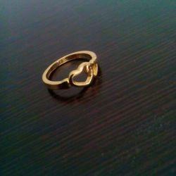 این هم کادوی من به مامان جونم بااستفاده از عیدی هام یه انگشتر طلا:-) :-)