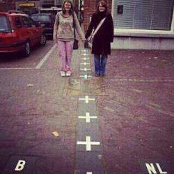 این یه عکس ساده نیست! مرز دو کشور بلژیک و هلند!!!! نه پلیسی، نه جنگی بر سر مذهب،نه تنفر از سر قومیت... هر روز لبخندها بیشتر طبیعت سبزتر و لبخند خدا مداوم تر... دقییقا مث ما مسلمونااا☺