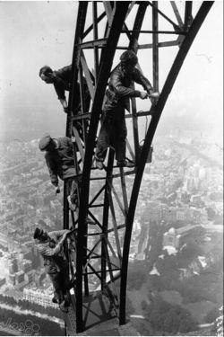 در حال رنگ کردن برج ایفل
