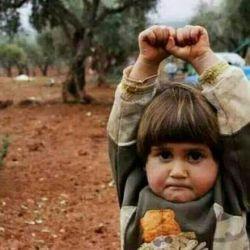 پربیننده ترین عکس دردناک سال عکس دختربچه 4ساله ای در کشور جنگ زده سوریه که دوربین یک خبرنگار خارجی رو با اسلحه اشتباه گرفته و دستهاش رو در مقابل خبرنگار به نشانه ای تسلیم شدن و زنده ماندن بالا برده است.