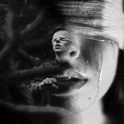 دلم گرفته به اندازه وسعت تمام دلتنگی های عالم شیشه قلبم انقدر نازک شده که با کوچکترین تلنگری می شکند می خواهم فریاد بزنم ولی واژه ای نمی یابم که عمق دردم را در فریاد منعکس کنم فریادی در اوج سکوت که همیشه برای خودم سر داده ام دلم به درد می اید وقتی سر نوشت را به نظاره می نشینم کاش می شد سرنوشت را با ان روزها شیرینم عجین کرد بغض کهنه ای گلویم را آزارد نفرین به بودن وقتی با درد همراست ای کاش باز هم کسی اشکهایم را نبیند