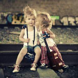 خوش به حال باد.. گونه هایت را لمس می کند و هیچ کس از او نمی پرسد که با تو چه نسبتی دارد.. کاش مرا باد می آفریدند تو را برگ درختی خلق می کردند.. عشق بازی برگ و باد را دیده ای؟ درهم می پیچند و عاشق تر می شوند..
