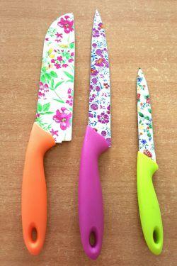 خخخخخخ سلااااام صبتون گلمنگلی...بچه ها مامانم رفته واسم ست چاقوی گلمنگلی خریده...بهش میگم آخه مادر من اینا چیه رفتی خریدی،میگه از رنگ و لا آبش خوشم اومد...خخخخ فک کنید  چاقو ساتوریه  گل گلی خخخخخ ...چاقو خشن، گل لطیف...فکر وسلیقه طراحش تو حلقم...آخه من چاقوی گل دار رو کوجای دلم بزارم...ولی خداییش قشنگه بد نیست...خخخخخ
