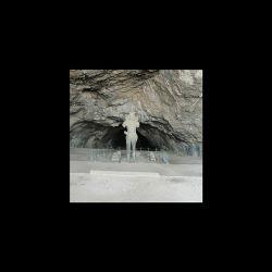 غار شاپور  در چهار کیلومتری بیشابور .شهرستان کازرون .استان فارس .ساخته شده ارتفاع مجسمه شاپور اول در ورودی غار ۷متر است که بعد از حدود ۱۷۰۰سال هنوز پابرجاست.این غار که   در هنگام حمله اعراب جاهل ویران شد در سال ۱۳۳۶ به دستور محمدرضا پهلوی دوباره باسازی ومرمت شد