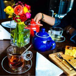 """سلام علیکم...ارادتمند رفقام.عصرتون بخیر و خسته نباشید... بفرمایید عصرونه. چای و کیک تازه...چایی از اون قوری قرمزه ها، چون قوری آبیه سوراخه هههه.خب گذشته از این حرفا،(بحث و عشقولانه کنم)شاعر میفرماید: قدر ِ یک عصرانه با من کنج ِ این آتش بشین""""مرد ِ تنها می تواندخوب چایی دم کند . .@):-"""