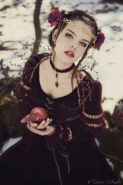 """ شیـطـاننـــیـســتــم    فرشتـههم نـیستم    خـداهـم نـیستـم   فـقط❤دخترم❤    از نـوعســاده اش    حوا گونهفـکر میکنم...    فقط بهخاطر یک   """"سیب""""    تــا کــــجـابــایـــد تـــاوان داد ؟ """