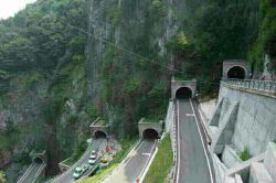 تونلها فریاد میزنند همیشه راهی هست حتی در دل کوه