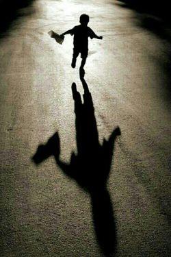 زندگی فردا نیست... زندگی امروز است، زندگی قصه عشق است و امید، صحنه ی غمها نیست. به چه می اندیشی؟ نگرانی بیجاست، عشق اینجا و تو اینجا و خدا هم اینجاست... پای در راه گذار... راهها منتظرند... تا تو هر جا كه بخواهی برسی، پس رها باش و رها... تا نماند قفسی....