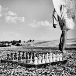 """کافیست""""رخت""""را برگردانی  استاد بزرگ شطرنج هم که باشم""""ماتت""""خواهم شد...!"""